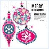 Tarjeta de Navidad con las bolas y los copos de nieve de los ornamentos Fotografía de archivo