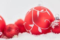 Tarjeta de Navidad con las chucherías rojas Imagen de archivo