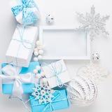 Tarjeta de Navidad con las decoraciones azules y blancas hermosas imágenes de archivo libres de regalías