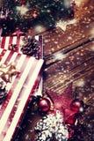 Tarjeta de Navidad con las decoraciones de Navidad en el fondo de madera oscuro i Imágenes de archivo libres de regalías