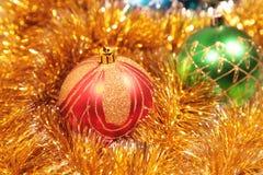 Tarjeta de Navidad con las decoraciones del Navidad-árbol Imágenes de archivo libres de regalías