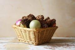 Tarjeta de Navidad con las decoraciones en una pequeña cesta Fotos de archivo libres de regalías