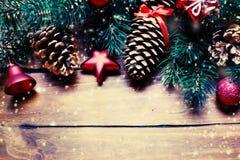 Tarjeta de Navidad con las decoraciones festivas Backd del día de fiesta del Año Nuevo Fotos de archivo