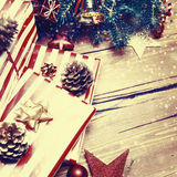 Tarjeta de Navidad con las decoraciones festivas Backdr del día de fiesta del Año Nuevo Foto de archivo libre de regalías