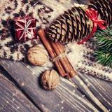 Tarjeta de Navidad con las decoraciones festivas del vintage Fotografía de archivo libre de regalías