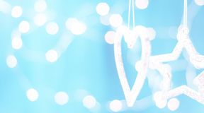 Tarjeta de Navidad con las decoraciones de la Navidad en un fondo azul chispeante Fotos de archivo