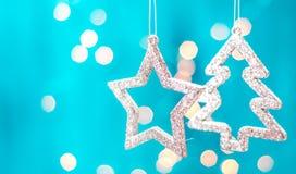 Tarjeta de Navidad con las decoraciones de la Navidad en un fondo azul chispeante Foto de archivo