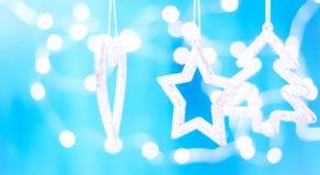 Tarjeta de Navidad con las decoraciones de la Navidad en un fondo azul chispeante Foto de archivo libre de regalías