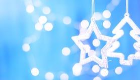 Tarjeta de Navidad con las decoraciones de la Navidad en un fondo azul chispeante Fotos de archivo libres de regalías
