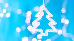 Tarjeta de Navidad con las decoraciones de la Navidad en un fondo azul chispeante Imagenes de archivo