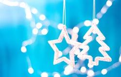 Tarjeta de Navidad con las decoraciones de la Navidad en un fondo azul chispeante Fotografía de archivo
