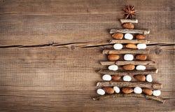 Tarjeta de Navidad con las decoraciones naturales en fondo de madera Imágenes de archivo libres de regalías