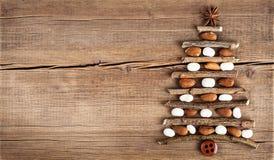 Tarjeta de Navidad con las decoraciones naturales en fondo de madera Foto de archivo