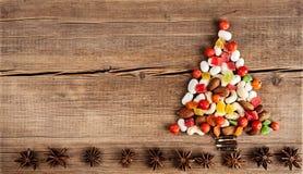 Tarjeta de Navidad con las decoraciones naturales en fondo de madera Imagen de archivo