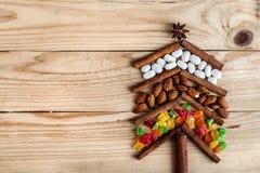 Tarjeta de Navidad con las decoraciones naturales en fondo de madera Fotos de archivo