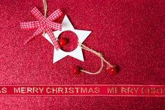 Tarjeta de Navidad con las decoraciones rojas Foto de archivo libre de regalías