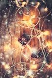 Tarjeta de Navidad con las decoraciones y las luces en el fondo oscuro c Fotografía de archivo libre de regalías