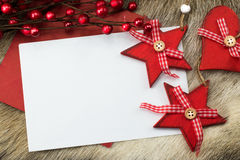 Tarjeta de Navidad con las estrellas y el corazón del rojo Fotos de archivo