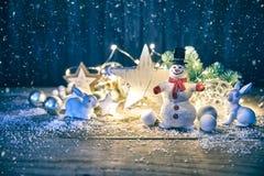 Tarjeta de Navidad con las liebres y la nieve del muñeco de nieve Fotos de archivo