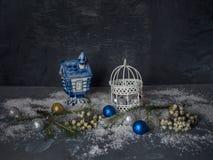 Tarjeta de Navidad con los juguetes decorativos de la Navidad con nieve fuerte en el fondo de madera negro foto de archivo libre de regalías