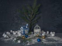 Tarjeta de Navidad con los juguetes decorativos de la Navidad con nieve fuerte en el fondo de madera negro imágenes de archivo libres de regalías