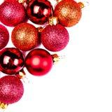 Tarjeta de Navidad con los ornamentos de la Navidad aislados en el backhr blanco Foto de archivo