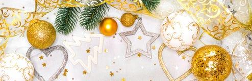 Tarjeta de Navidad con los ornamentos de la Navidad, con las bolas de la Navidad, las estrellas, el oro y los colores plata Imágenes de archivo libres de regalías