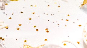 Tarjeta de Navidad con los ornamentos de la Navidad, con las bolas de la Navidad, las estrellas, el oro y los colores plata Imagen de archivo