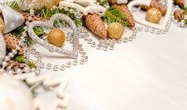 Tarjeta de Navidad con los ornamentos de la Navidad, con las bolas de la Navidad, las estrellas, el oro y los colores plata Fotos de archivo
