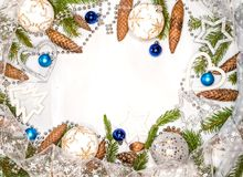 Tarjeta de Navidad con los ornamentos de la Navidad, con las bolas de la Navidad, las estrellas, el oro y los colores plata Fotos de archivo libres de regalías