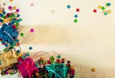 Tarjeta de Navidad con los presentes y las estrellas imágenes de archivo libres de regalías