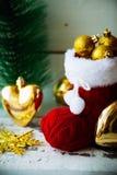 Tarjeta de Navidad con Santa Boot Ornament And Decor roja en el fondo de madera Nevado Foco selectivo con el espacio de la copia Imagen de archivo libre de regalías
