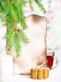 Tarjeta de Navidad con té y galletas Imagen de archivo
