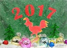Tarjeta de Navidad con un gallo rojo Fotos de archivo libres de regalías