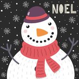 Tarjeta de Navidad con un mu?eco de nieve lindo en la nieve y el texto Noel libre illustration