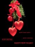 Tarjeta de Navidad congratulatoria con las bolas y los corazones rojos en una piel Foto de archivo