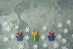 Tarjeta de Navidad Copos de nieve y giftboxes del fieltro en fondo de piedra verde Visión superior Copie el espacio Endecha plana Foto de archivo