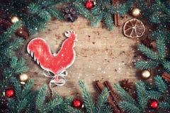 Tarjeta de Navidad de la vendimia Símbolo del gallo del fuego del año Snowfal Fotografía de archivo