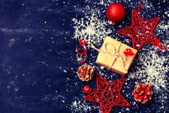 tarjeta de Navidad, decoración del Año Nuevo, caja de regalo, estrella roja, snowfla Imagen de archivo