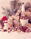 Tarjeta de Navidad Decoraciones de la Navidad - galletas, manzanas, nueces, s Fotografía de archivo libre de regalías