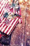 Tarjeta de Navidad del invierno con la decoración festiva - fondo del día de fiesta del Año Nuevo con el espacio de la copia Imagenes de archivo