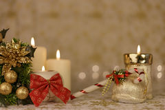 Tarjeta de Navidad del saludo con las velas y los ornamentos ardientes Imagen de archivo