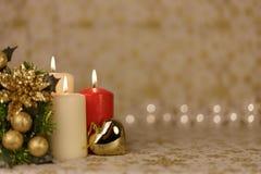 Tarjeta de Navidad del saludo con las velas y los ornamentos ardientes Fotos de archivo libres de regalías