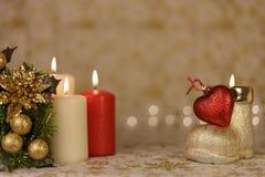 Tarjeta de Navidad del saludo con las velas y los ornamentos ardientes Imagenes de archivo