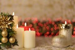 Tarjeta de Navidad del saludo con las velas y los ornamentos ardientes Foto de archivo libre de regalías