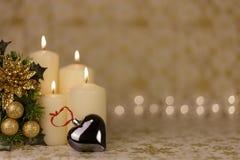 Tarjeta de Navidad del saludo con las velas y los ornamentos ardientes Imagen de archivo libre de regalías