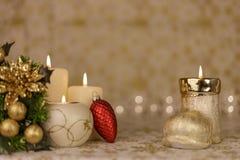Tarjeta de Navidad del saludo con las velas y los ornamentos ardientes Fotografía de archivo libre de regalías
