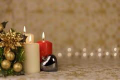 Tarjeta de Navidad del saludo con las velas y los ornamentos ardientes Fotografía de archivo