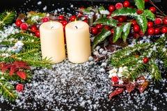 Tarjeta de Navidad del saludo de las ramas imperecederas, hojas rojas, baya Imágenes de archivo libres de regalías