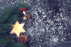 Tarjeta de Navidad del vintage con la vela, ramas de árbol de abeto fotografía de archivo libre de regalías